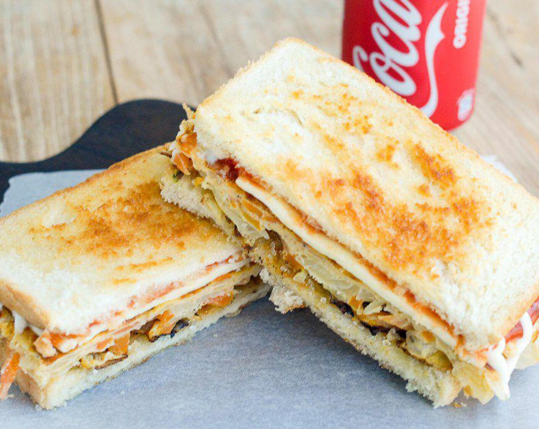 ساندویچ نیم باگت الویه کالباس نامی نو در کارتن 24 عددی