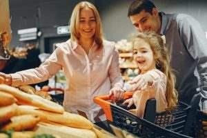 اجازه دهید کودکان در تهیه غذا و صبحانه مشارکت کنند